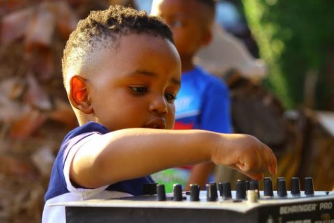 2-year-old boy who dances like Cassper Nyovest wows Mzansi – (WATCH VIDEO)