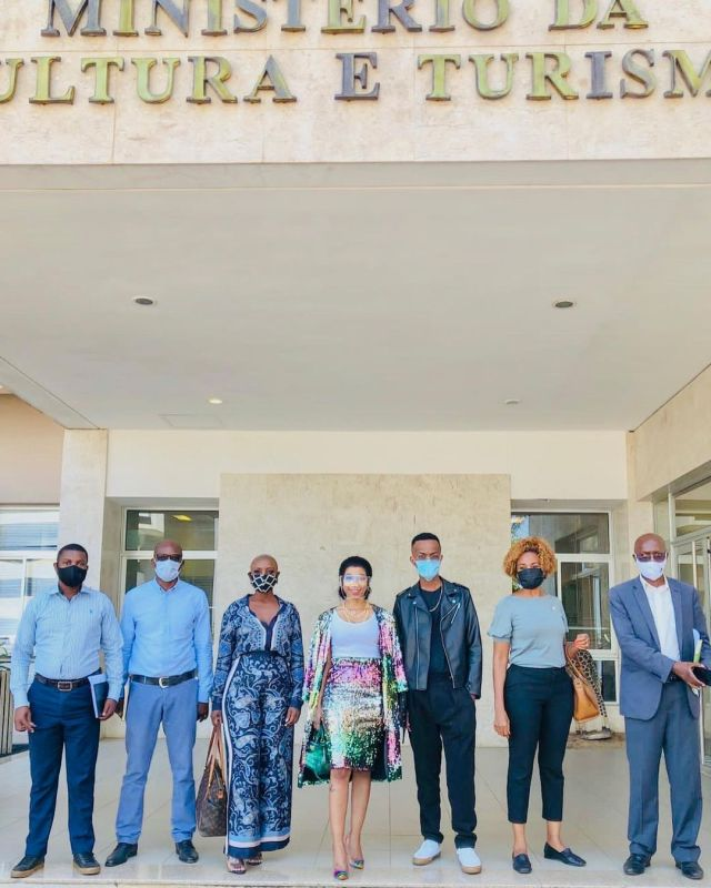 Kelly Khumalo welcomed by government officials in Mozambique -Photos