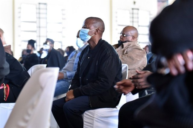 WATCH: Eugene Mthethwa stages one man protest during Mjokes' funeral