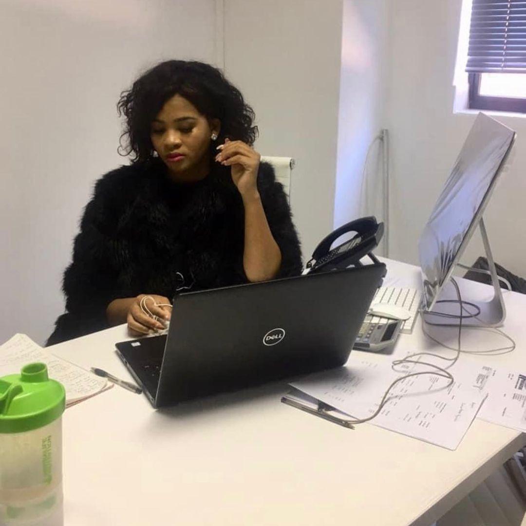 Inside Lady Du's 9-5 job that has left Mzansi inspired – PHOTOS