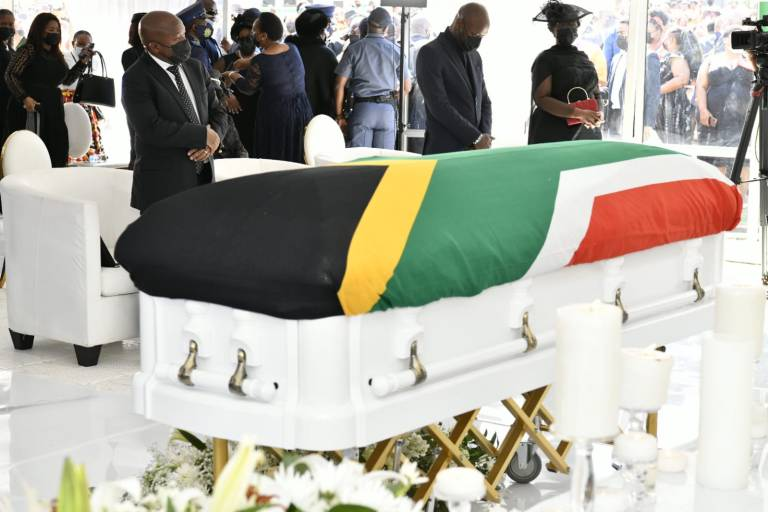 Chaos at funeral of Uzalo actress Gugu Gumede's mom – Mourners break barricades to attend